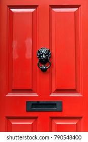Nahaufnahme eines typischen roten Vordertür eines englischen Stadthauses