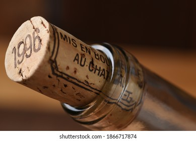Closeup of a wine cork and the neck of a wine bottle. Mis en Bouteille au Chateau translates to Bottled at the Chateau.