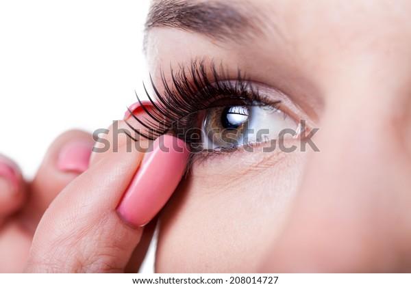つけまつげを塗る女性の接写