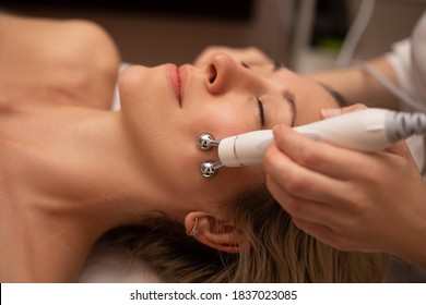 Close-up Of Woman Getting Facial Hydro Microdermabrasion Peeling Treatment At Cosmetic Beauty Spa Clinic. Hydra Vacuum Cleaner. Exfoliation, Rejuvenation And Hydratation. Cosmetology. Face Skin Care.