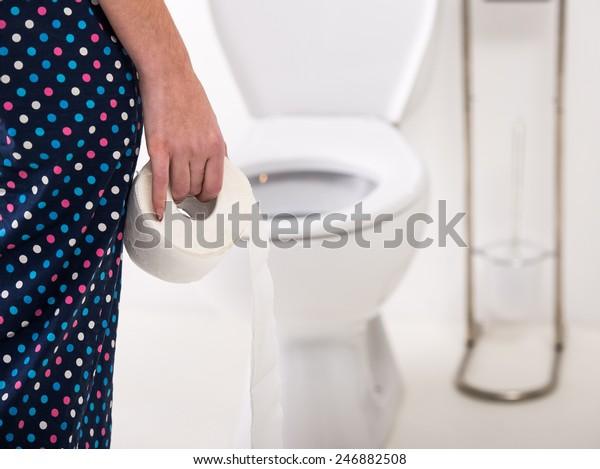 特写的女人上厕所在早上。