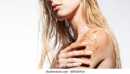 Gros plan sur l'épaule d'une femme avec gommage du café
