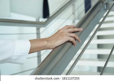 Nahaufnahme von Frauen, die Handgelenke halten