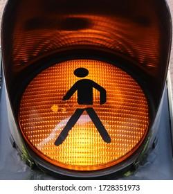 Schließung einer gelben Fußgängerleuchte mit Gehaufkleber als Warnschild