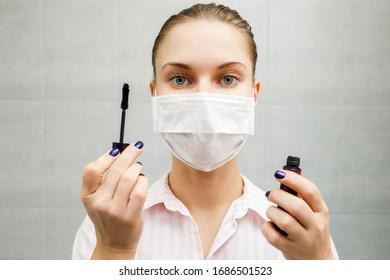 Nahaufnahme einer jungen Blonde in medizinischer Hinsicht mit Mascara in Hand im Badezimmer