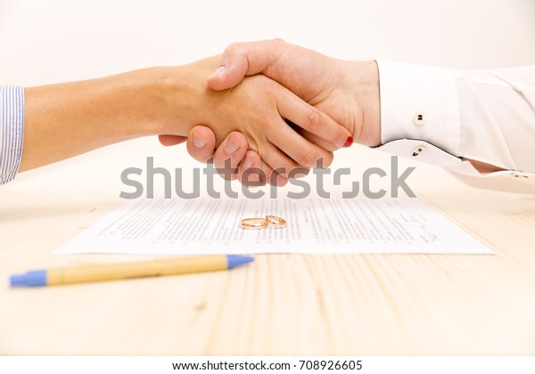 Nahaufnahme eines jungen Mannes und einer jungen Frau, die nach der Unterzeichnung einer Vereinbarung über den Fortputialvertrag die Hände schüttelt