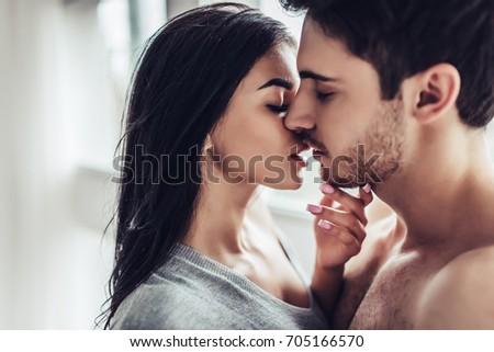 seksikäs lesbains suudella seksiä äiti tissit
