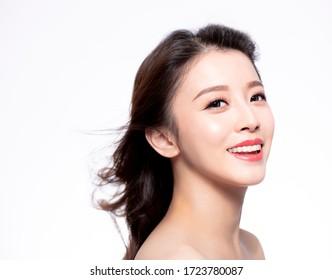 gros plan sur un visage de jeune Femme avec des poils mouvement sur fond blanc