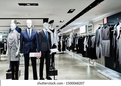 Bekleidungsgeschäft mit Mannequins im Einkaufszentrum.