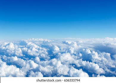 Wolke und blauer Himmel aus den Flugzeugfenstern