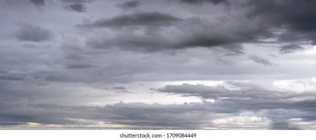 Wolken in der bewölkten Himmelsansicht. Klima-, Umwelt- und Wetterkonzeption Himmel Hintergrund.