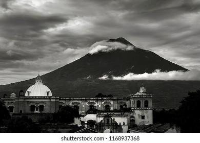 Cloudy Volcán de Agua Antigua Guatemala