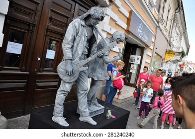 CLUJ NAPOCA - MAY 24: World Champions called Beeldje Living Statues from Netherland doing a busking mime called Sing along, during the Cluj Days of Cluj. On May 24, 2015 in Cluj, Romania