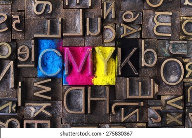 Cmyk aus alten Buchstabenblöcken
