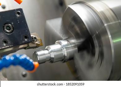 Der CNC-Lämpchengewinde schneidet den Metallschachtteil. Die hochpräzise Teileherstellung durch Drehmaschine.