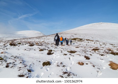 CO KERRY, IRLAND - FEBRUARY 4, 2019: People climbing in the snow at the Paps of Anu, Co Kerry, Ireland