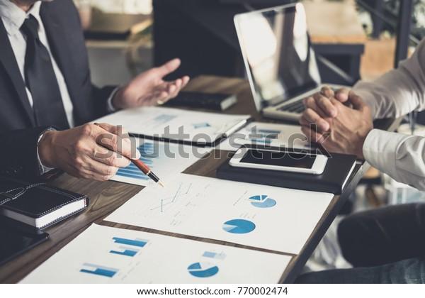 Co-Arbeitskonferenz, Business-Team-Sitzung anwesend, Investor-Kollegen diskutieren neue Plan Finanzdiagramm Daten auf Bürotisch mit Laptop und digitalen Tablet, Finanzen, Buchhaltung, Investitionen.