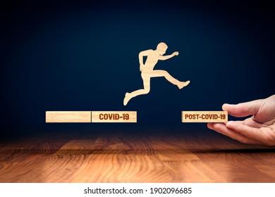 Trainer motivieren zu persönlicher Entwicklung, Erfolg und Karrierewachstum Konzept. Geschäftsmann macht den großen Sprung in die neue post-covid Ära nach der Corona-Krise.
