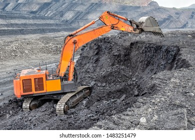 Coal mining with a hydraulic excavator. Coal mining from a vertical face, an open-pit mining method.