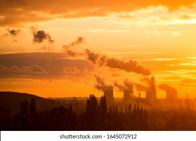 Coal power station silhouette at sunset emitting carbon UK. Fossil fuel pollution causing climate change. Climate emergency. Ratcliffe-on-Soar, Nottingham, Nottinghamshire, England, Untied Kingdom