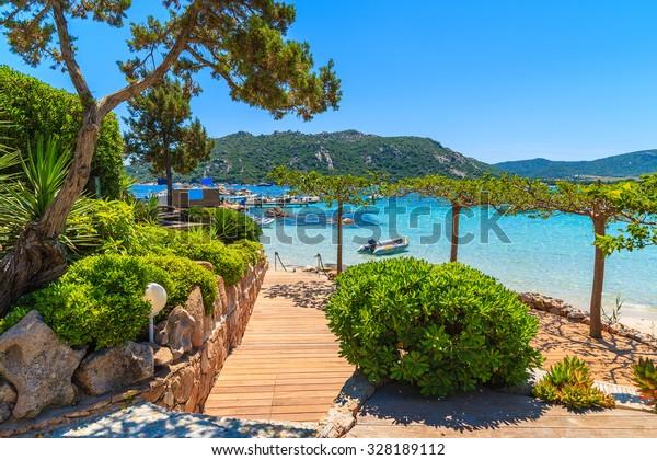 Küstenpromenade am Strand von Santa Giulia, Korsika, Frankreich