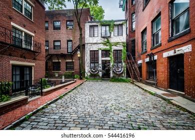 Cobblestone street and old buildings in Beacon Hill, Boston, Massachusetts.