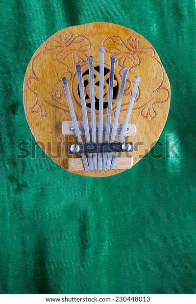Coconut Kalimba Thumb Piano refers to musical instruments lamellofon