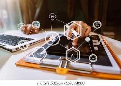 Programmiersoftware-Entwickler arbeiten mit erweiterten Reality-Dashboard-Rechnern mit reagierender Cybersicherheit.