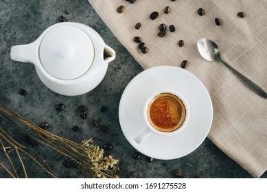 Kaffee- und Kaffeebohnen mit Requisiten.