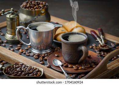 コーヒー豆を鍋で揚げ、スプーンで混ぜる