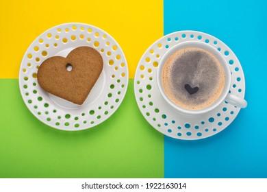 Eine Kaffeetasse mit Keks