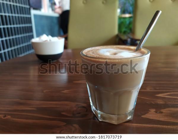 Kaffeetasse auf dem Tisch. Seitenansicht
