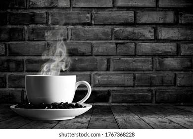 Kaffeebecher, Rauch und schwarzer Hintergrund
