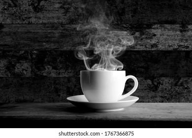 Kaffeebecher, Rauch und schwarzer Holzhintergrund