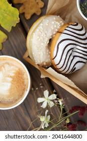 Café et beignets sur une table en bois dans la rue