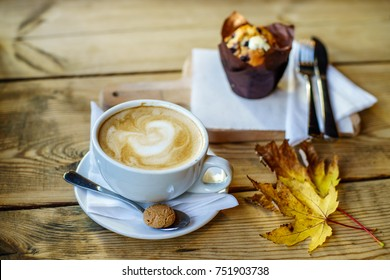 Coffee Latte with leafs of Autumn Thames
