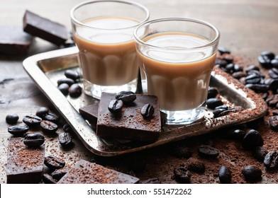 liqueur de café, lunettes de soleil avec bailey faits maison, haricots à café grillés et chocolat, mise au point sélective, image tonique