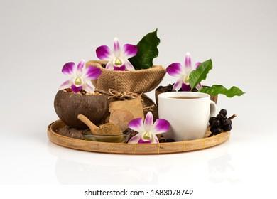 Kaffeemischung Kaffeemischung Ginkgo Biloba Kräuterpflanze für Gesundheit auf weißem Hintergrund. (Konzept für gesundes Trinkkaffee)