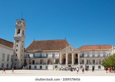 Coimbra, Portugal - Julio11, 2018: Torre de reloj en la Universidad de Coimbra