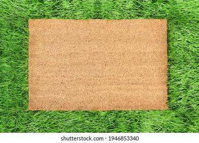 Coir-Doormat-Muster auf grünem Gras, Frühlingshintergrund