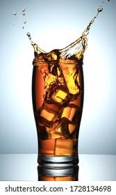 Cold Drink Splash mit Eiskuben