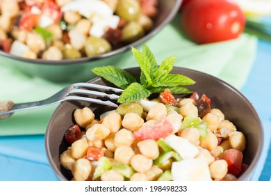 Cold and nutritious salad of chickpeas with vegetables