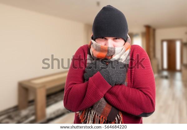 インフルエンザの風邪をひいた人が、家の中に暖かい服を着て、コピー用のスペースを持っている