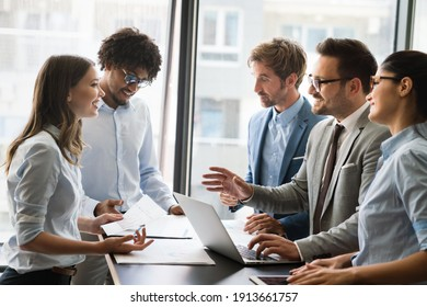 Collaboration et analyse par des professionnels travaillant au bureau
