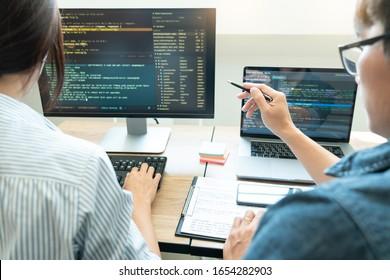 Zusammenarbeit mit Softwareingenieuren Website-Entwicklertechnologien oder Programmierer, die am Programmieren über das Startai-Anwendungsprojekt mit Partner in einer Koarbeitsfirma im Raumfahrtbüro arbeiten