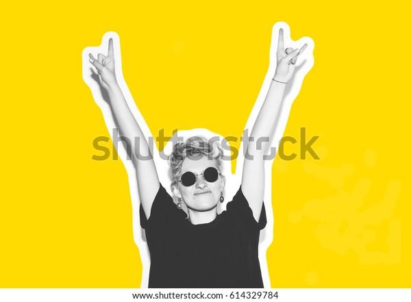 Collage al estilo de revista con colorido de moda emocional de pelo corto rubio. Chica loca de pantalones negro y gafas de sol gritan sosteniendo su cabeza. Antecedentes de color blanco de mujer rocosa