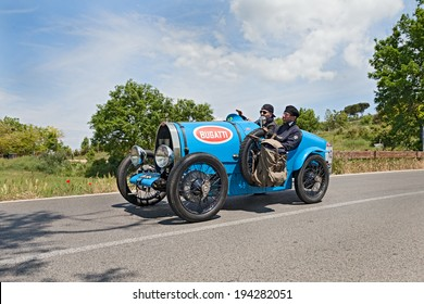 COLLE DI VAL D'ELSA, SI, ITALY - MAY 17: unidentified crew on an old sport car Bugatti T 13 Brescia Corsa (1928) runs in historical race Mille Miglia, on May 17, 2014 in Colle di Val d'Elsa, SI, Italy