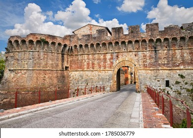 Colle di Val d'Elsa, Siena, Tuscany, Italy: the ancient city walls and the entrance to the old town Porta Nova