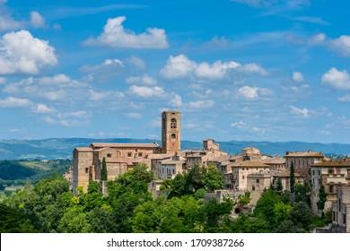 Colle di Val d'Elsa, Tuscany / Italy: Colle di Val d'Elsa Cathedral (Concattedrale dei Santi Alberto e Marziale or Duomo di Colle di Val d'Elsa) and houses of the upper town of Colle Alta.