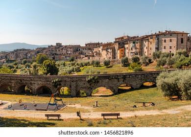 Colle di Val d'Elsa ist eine Stadt mit 21.651 Einwohnern in der Toskana, Provinz Siena. Sie liegt im Tal der Elsa.